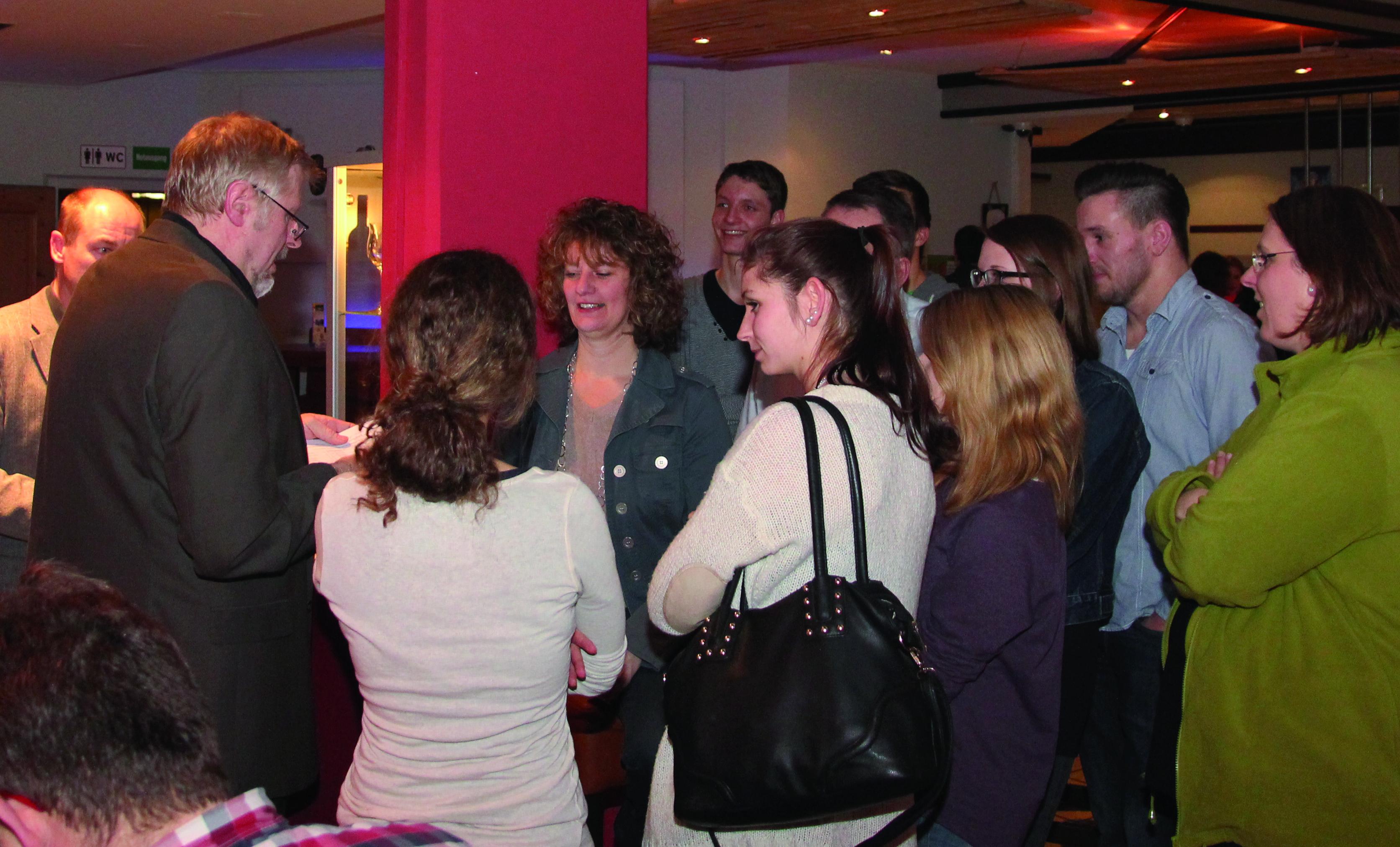 Jungwähler prüfen gemeinsam mit Bürgermeisterkandidatin Gertrud Eichinger die Stimmzettel.
