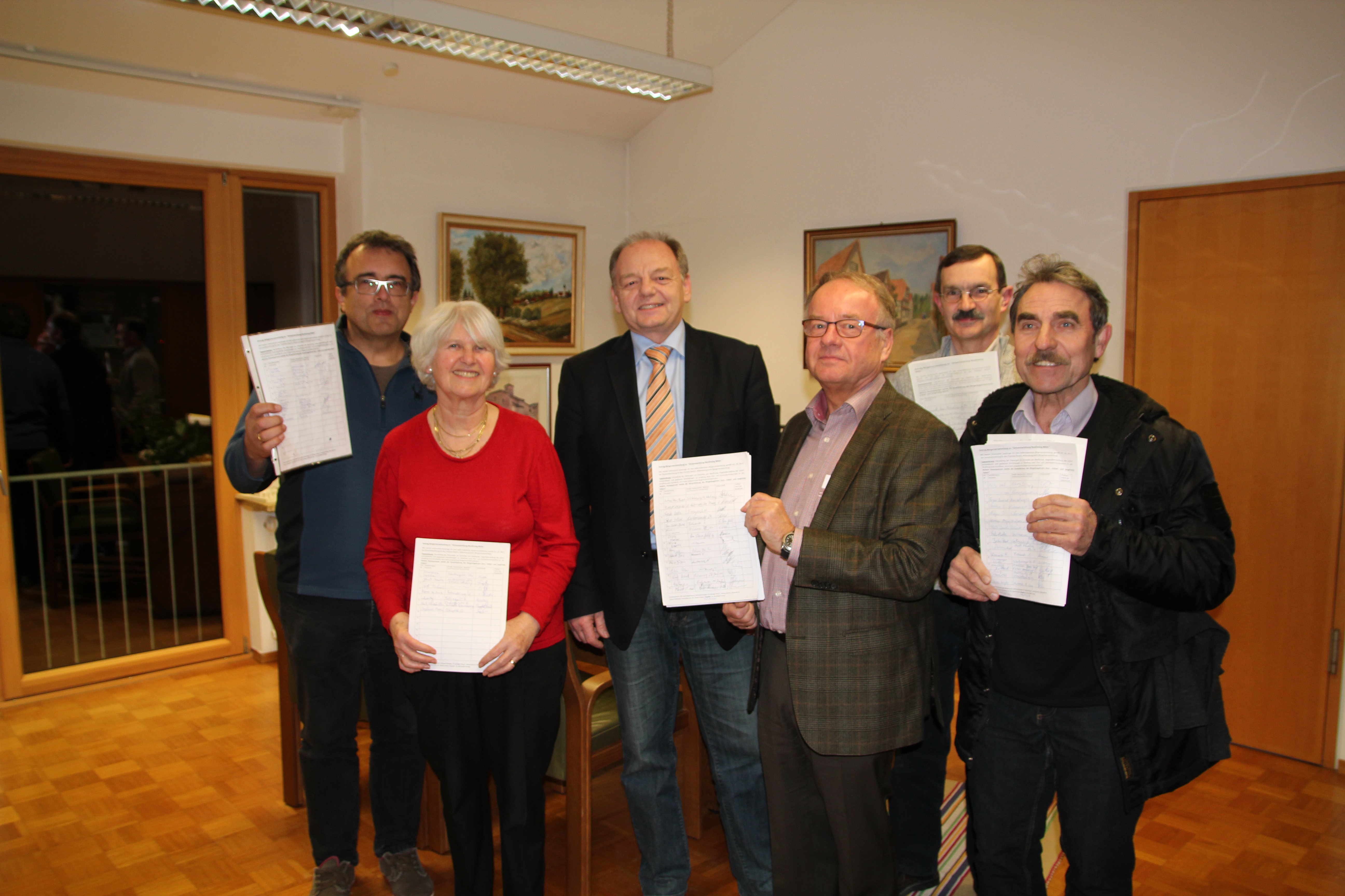 Übergabe der Unterschriften für eine außerordentliche Bürgerversammlung