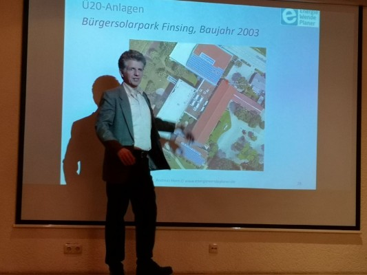 Dr. Horn erläutert Bürgersolaranlage Finsing